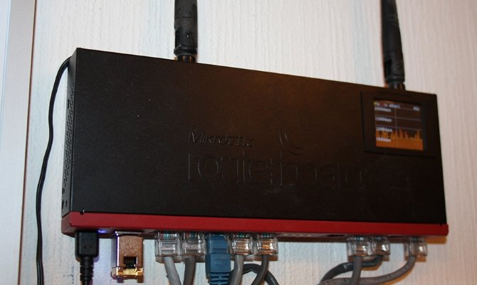 Mikrotik RB2011UiAS-2HnD-IN на стене