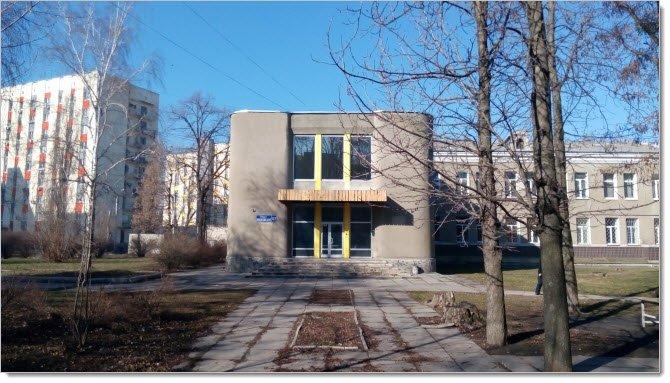 Снаружи (фото входа в здание)